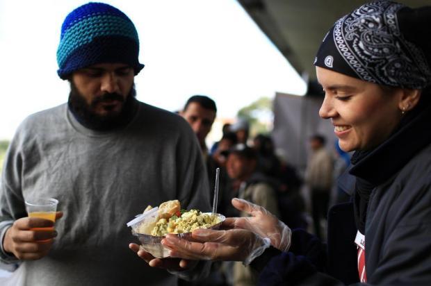 Voluntários servem almoços para moradores de rua da Capital Jefferson Botega/Agencia RBS