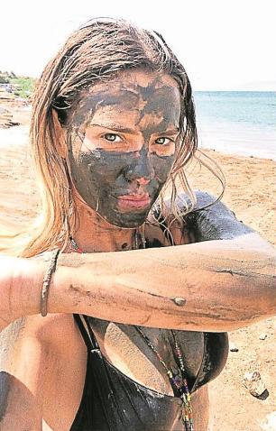 De férias em Israel, Carolina Dieckmann se banha com lama do Mar Morto Instagram / Reprodução/Reprodução