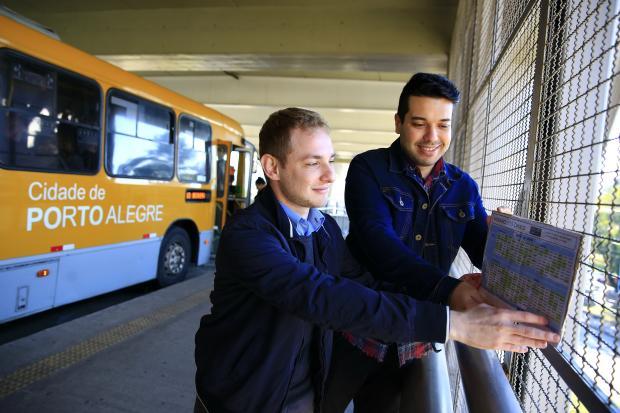 Projeto espalha cartazes com informações sobre linhas nos pontos de ônibus da Capital Mateus Bruxel / Agência RBS/Agência RBS