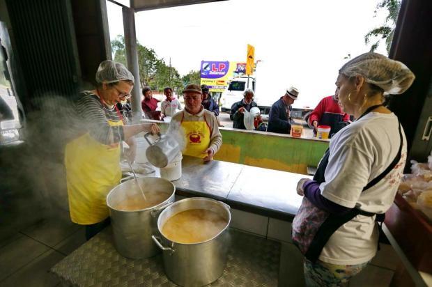 Voluntários unem-se para manter o trabalho de Roni Ferrari na Casa da Sopa Fernando Gomes/Agencia RBS