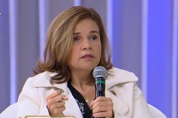 Claudia Rodrigues recebe alta e deixa o hospital de cadeira de rodas Rede TV/Reprodução