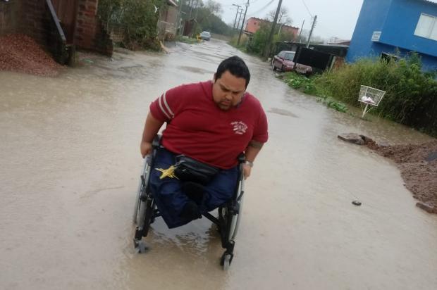 Cadeirante encontra dificuldades para circular pelo bairro onde mora, em Porto Alegre Arquivo Pessoal / Leitor/DG/Leitor/DG