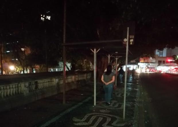 Espera por ônibus acontece no escuro, no Centro Histórico de Porto Alegre Arquivo Pessoal / Leitor DG/Leitor DG