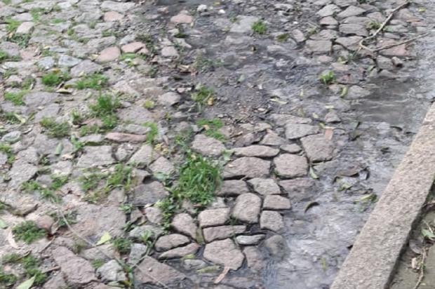 Esgoto vazando há quatro anos preocupa moradores do bairro Belém Novo, na Capital Arquivo Pessoal / Leitor/DG/Leitor/DG