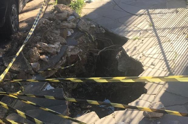 Buraco na calçada atrapalha pedestres há dois meses, em Porto Alegre Arquivo Pessoal / Leitor/DG/Leitor/DG