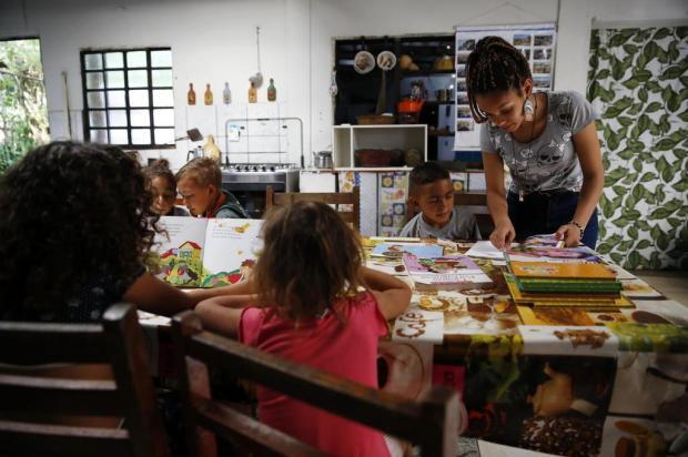 Iniciativa de aposentada oferece aulas de reforço e oficinaspara crianças em Alvorada Camila Domingues/Agencia RBS