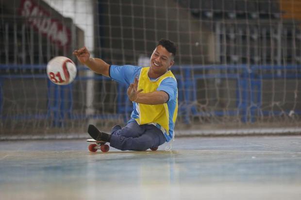 VÍDEO: conheça João, jovem que joga futsal com a ajuda de um skate André Ávila/Agencia RBS