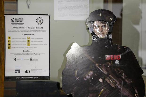 Boneco de policial com rosto de Bolsonaro é exposto na entrada do Deic em Porto Alegre Camila Domingues/Agencia RBS