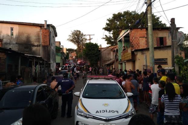 Dois homens morrem e três ficam feridos em tiroteio em frente a escola em Porto Alegre Lucas Abati/Agencia RBS