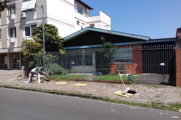 Buracos em calçada da Vila Ipiranga preocupam moradores há meses, na Capital Arquivo Pessoal / Leitor/DG/Leitor/DG