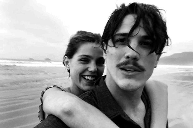 Pâmela Tomé e Rômulo Arantes Neto posam agarradinhos em foto Instagram/Reprodução