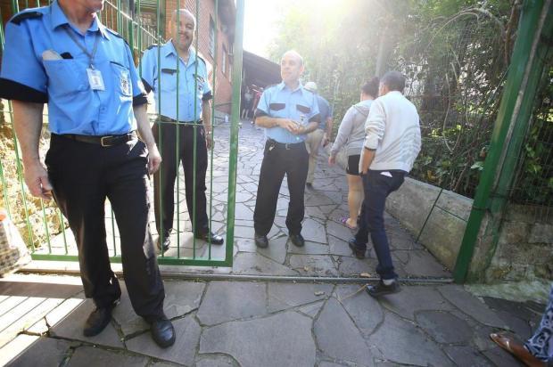 Horário reduzido, servidores com atestado e reforço na vigilância marcam reabertura de posto assaltado na Capital Lauro Alves/Agencia RBS