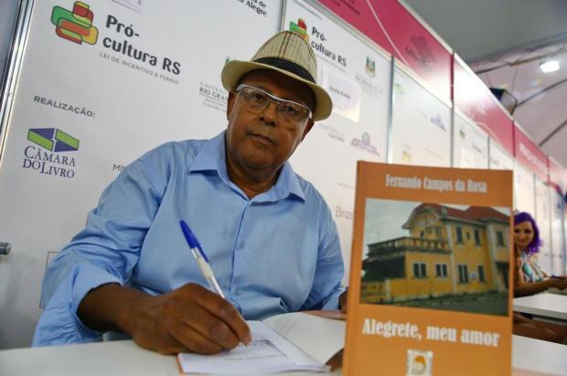 Cobrador de ônibus autografa obra na 64ª Feira do Livro de Porto Alegre Camila Domingues/Agencia RBS