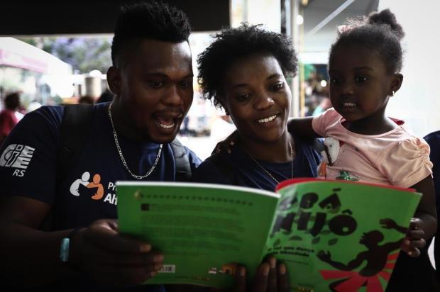 Haitianos que participam de oficina de língua portuguesa visitam a Feira do Livro Carlos Macedo/Agencia RBS
