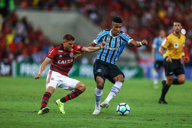 """Cacalo: """"Fiquei em dúvida se o que havia entrado no gol do Flamengo era a bola ou a cabeça do Cortez"""" Lucas Uebel / Grêmio/Divulgação/Grêmio/Divulgação"""