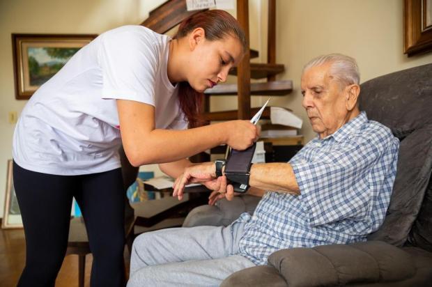 Cuidador de idosos: conheça o ofício que mais cresceu no país na última década Omar Freitas/Agencia RBS