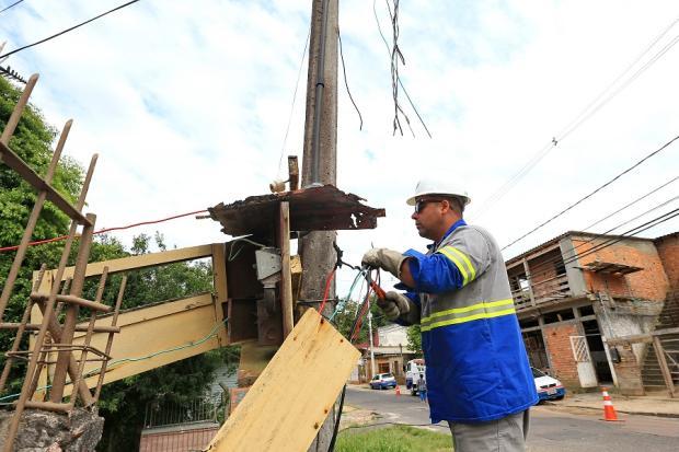 Depois de matéria do Diário Gaúcho, CEEE faz ação para combater quedas de luz na zona sul de Porto Alegre Júlio Cordeio / Agência RBS/Agência RBS