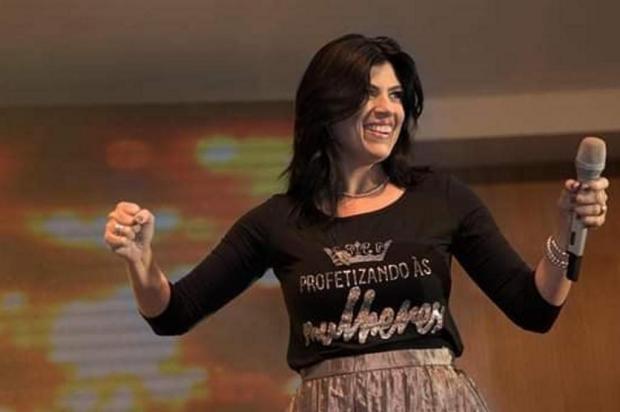 Cantora gospel é criticada por fiéis após vídeo dançando funk no altar Reprodução/Instagram