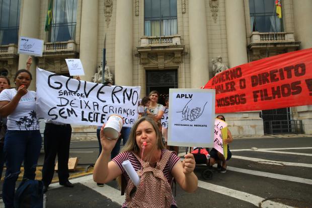 Mães protestam contra falta de leite especial para crianças com alergia à proteína do leite, em frente ao Palácio Piratini, em Porto Alegre Tadeu Vilani / Agencia RBS/Agencia RBS