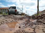 Buraco em bairro de Alvorada dificulta trânsito de motoristas e pedestres Fernando Gomes / Agência RBS/Agência RBS