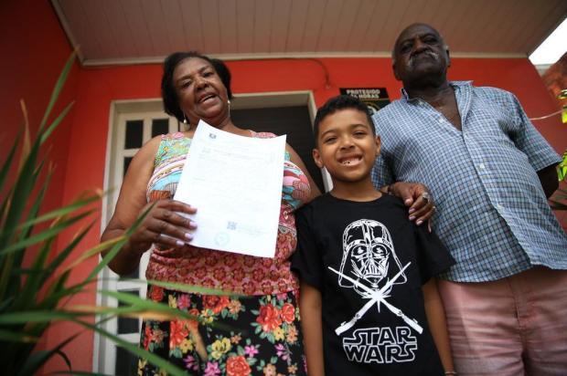 Moradores da Vila Pedreira, em Esteio, recebem certidão de matrícula de seus imóveis Jefferson Botega/Agencia RBS