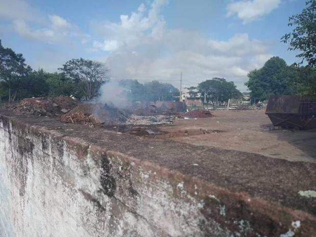 Lixo queimado em dique preocupa moradores, em Novo Hamburgo LeitorDG / Arquivo Pessoal/Arquivo Pessoal
