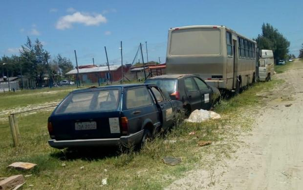 Sucatas de veículos da prefeitura incomodam veranistas na praia de Magistério, em Balneário Pinhal LeitorDG / Arquivo Pessoal/Arquivo Pessoal