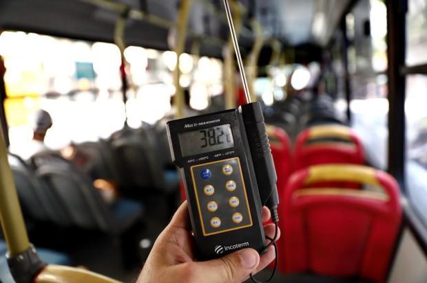 A dura rotina sob o calorão nos ônibus sem ar-condicionado em Porto Alegre Carlos Macedo/Agencia RBS
