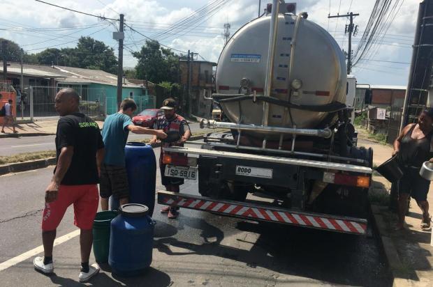 A rotina de verão na Lomba do Pinheiro: encher baldes em caminhões-pipa para superar falta d'água Felipe Daroit/Agência RBS