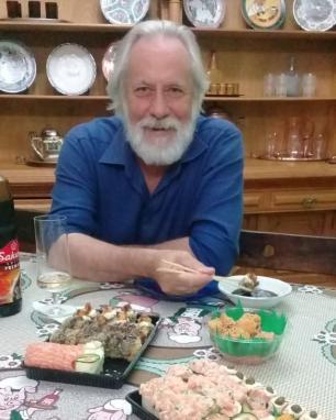 """Mano Lima celebra sucesso de música lançada após polêmica sobre foto """"comendo"""" sushi Reprodução/"""