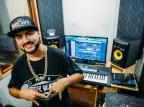 Conheça o músico de Alvorada que começou como DJ e gravou disco no estúdio de sua casa Omar Freitas/Agencia RBS