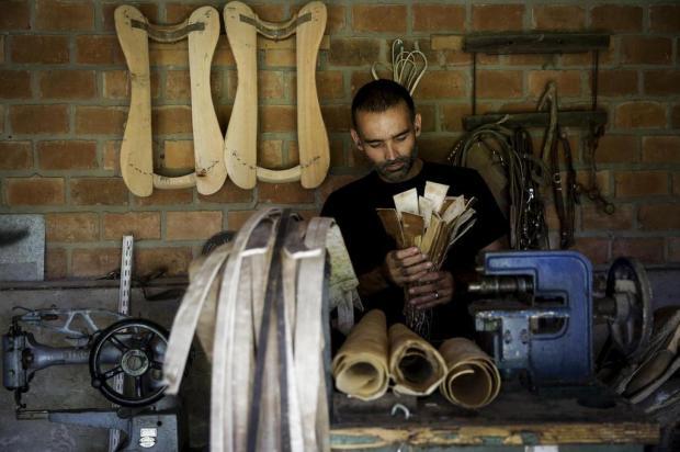 Conheça o guasqueiro: profissional que produz artigos em couro Mateus Bruxel/Agencia RBS