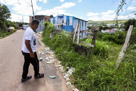 Abandono de terreno público incomoda frequentadores de igreja no bairro Cristal, em Porto Alegre (Omar Freitas / Agencia RBS/Agencia RBS)