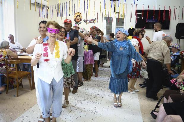 Baile de Carnaval agita o Asilo Padre Cacique, na Capital Isadora Neumann/Agencia RBS