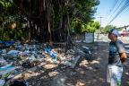 Excesso de lixo em terreno da prefeitura incomoda moradores do bairro Cristal, em Porto Alegre Omar Freitas / Agencia RBS/Agencia RBS