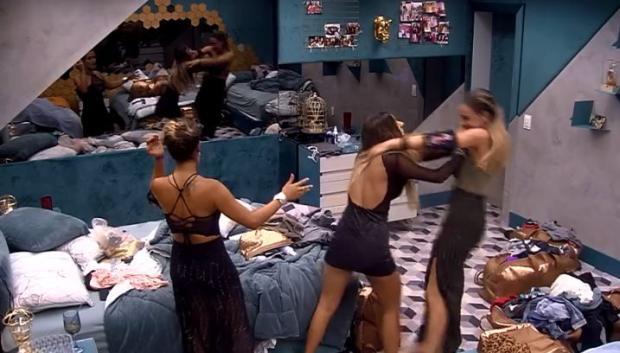 """""""BBB 19"""": Hariany dá empurrão em Paula e internautas pedem expulsão da sister TV Globo / Reprodução/Reprodução"""