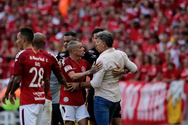 Marcelo Gonzatto: D'Alessandro leva bronca e cartões, Renato recebe tapinhas no ombro Marco Favero/Agencia RBS