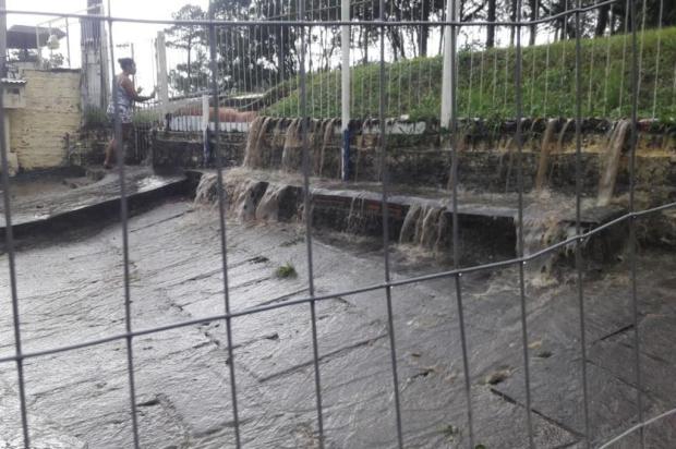 Medo da chuva: água invade pátio de moradora do bairro Lomba do Pinheiro, na Capital Arquivo Pessoal/Arquivo Pessoal