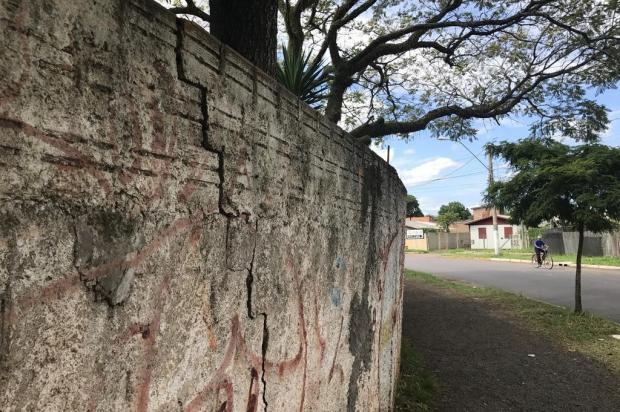 Com risco de ruir, muro de colégio gera preocupação em Canoas Caroline Tidra/Agência RBS