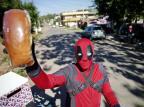 Estudante vende pães vestido de Deadpool pelas ruas de Gravataí Félix Zucco/Agencia RBS