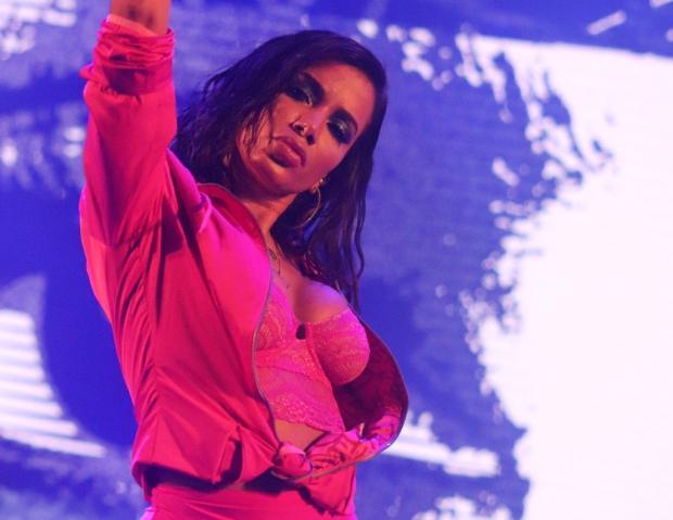 Anitta muda visual ao adotar corte de cabelo na altura do ombro Dioser Pretzel/