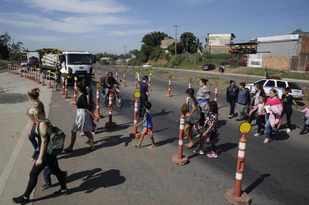 Após retirada de passarela para obras, alunos se arriscam na travessia da RS-118 Mateus Bruxel/Agencia RBS