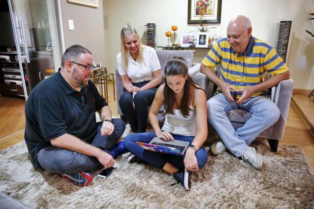 Família recebe ajuda Gigante para criar versão própria da campanha do Grupo RBS Robinson Estrásulas/Agencia RBS