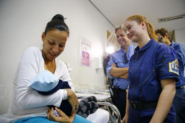 Agentes da EPTC que ajudaram gestante a chegar no hospital visitam bebê nascido em carro Félix Zucco/Agencia RBS