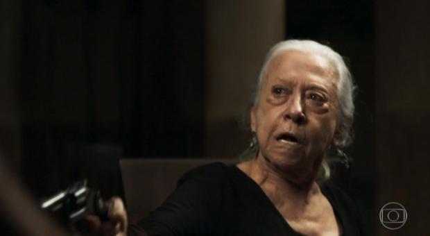 """""""A Dona do Pedaço"""": Dulce, vivida por Fernanda Montenegro, invade casa de rivais e atira em três homens Reprodução / Twitter/Twitter"""
