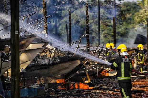 Incêndio atinge 24 lanchas na Ilha das Flores, em Porto Alegre Lauro Alves/Agência RBS