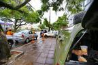 Quando a calçada vira presídio: a rotina de policiais, presos e pedestres em meio a viaturas na Avenida Ipiranga (Lauro Alves/Agencia RBS)