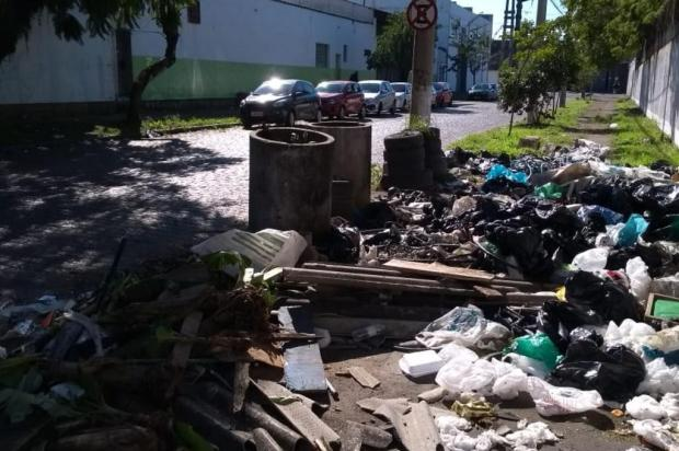 Lixo descartado próximo ao muro de escola preocupa diretor, em Porto Alegre Arquivo Pessoal/Arquivo Pessoal