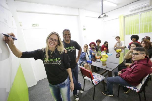 Estudantes começam cursos de inglês de graça em iniciativa de casal de Alvorada Félix Zucco/Agencia RBS
