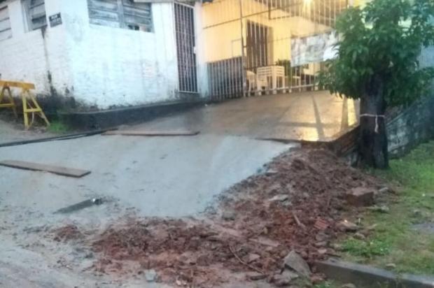 Após corte de mamoeiro que crescia dentro de buraco, moradores esperam finalização do conserto da calçada Arquivo Pessoal/Arquivo Pessoal